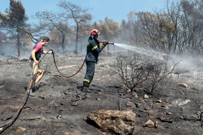 Πυροσβέστες και κάτοικοι επιχειρούν για την κατάσβεση της πυρκαγιάς που εκδηλώθηκε στην περιοχή του Καρέα, την Παρασκευή 17 Ιουλίου 2015.  Πολύ κοντά σε σπίτια έχει φτάσει, πλέον, η μεγάλη πυρκαγιά που ξέσπασε το μεσημέρι στον Καρέα, ενώ το έργο των πυροσβεστών δυσχεραίνει ο δυνατός άνεμος. Στην προσπάθεια κατάσβεσής της επιχειρεί αυτή την ώρα - παράλληλα με 30 πυροσβέστες με δέκα οχήματα - και ένα ελικόπτερο.   ΑΠΕ-ΜΠΕ/ΑΠΕ-ΜΠΕ/Παντελής Σαίτας