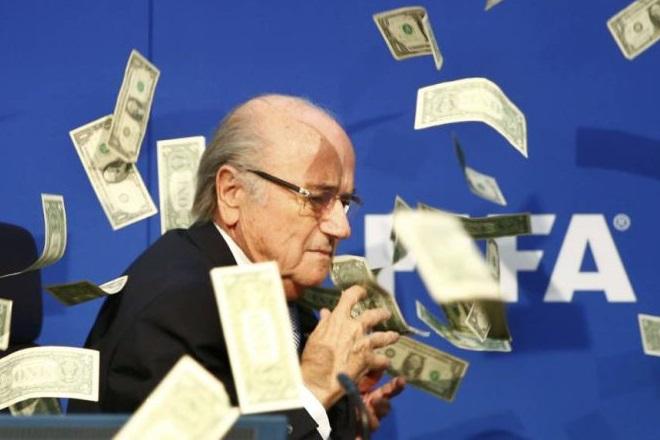 Κωμικός πετά χαρτονομίσματα στο πρόσωπο του Σεπ Μπλάτερ