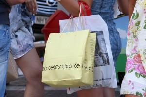 Γυναίκα κρατά σακούλες με ψώνια  στην αγορά  κατά την έναρξη των καλοκαιρινών εκπτώσεων. Θεσσαλονίκη, Δευτέρα 14 Ιουλίου 2014 ΑΠΕ ΜΠΕ/PIXEL/Σωτήρης Μπαρμπαρούσης