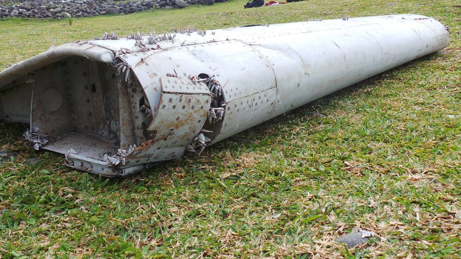 epaselect epa04866273 A picture made available 30 July 2015 shows a piece of debris from an unidentified aircraft apparently washed ashore in Saint-Andre de la Reunion, eastern La Reunion island, France, 29 July 2015. A Malaysian government team is being dispatched to the French island of Reunion in the Indian Ocean, where newly found aircraft wreckage awakened speculation over flight MH370, which went missing last year with 239 people aboard.  EPA/ZINFOS974