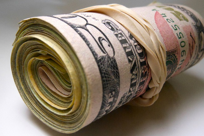 Ο κόσμος παραμένει εθισμένος στο φθηνό χρήμα