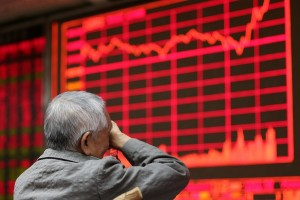epa04899937 An elderly stock investor sits in front of an electronic screen showing the stock composite index at a brokerage house in Beijing, China, 27 August 2015. Chinese stock markets rebound on 27 August with the benchmark Shanghai Composite Index rising 5.34 percent to 3,083.59 points and the Shenzhen Component Index added 3.58 percent to close at 10,254.35 points.  EPA/WU HONG