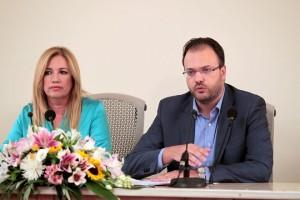 Η πρόεδρος του ΠΑΣΟΚ Φώφη Γεννηματά παρακολουθεί τον πρόεδρο της ΔΗΜΑΡ Θανάση Θεοχαρόπουλο που μιλάει σε κοινή συνέντευξη Τύπου που παρέθεσαν, την Κυριακή 30 Αυγούστου 2015, στο Πνευματικό Κέντρο του Δήμου Αθηναίων. Δημοκρατική Συμπαράταξη θα λέγεται ο εκλογικός συνδυασμός του ΠΑΣΟΚ και της ΔΗΜΑΡ με εμφανή τα ονόματα των δύο κομμάτων, όπως ανακοίνωσαν η πρόεδρος του ΠΑΣΟΚ και ο πρόεδρος της ΔΗΜΑΡ, κατά την κοινή τους συνέντευξη Τύπου. ΑΠΕ-ΜΠΕ/ΑΠΕ-ΜΠΕ/Παντελής Σαίτας