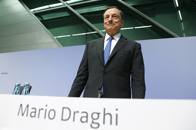 European Central Bank president Mario Draghi arrives for a news conference at the ECB headquarters in Frankfurt, Germany, September 3, 2015. The European Central Bank said on Thursday it was holding its 60 billion euro a month asset purchase limit unchanged but raised the amount of any one issue it could buy to 33 percent from 25 percent.  REUTERS/Ralph Orlowski  - RTX1QWNS