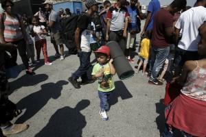 Μετανάστες και πρόσφυγες από εμπόλεμες χώρες, κυρίως τη Συρία, αποβιβάζονται στο λιμάνι του Πειραιά από το επιβατηγό Ελ. Βενιζέλος, Σάββατο 5 Σεπτεμβρίου 2015. Το πλοίο μετέφερε στον Πειραιά πρόσφυγες και μετανάστες που είχαν αποβιβαστεί από φουσκωτές βάρκες στα παράλια των νησιών του ανατολικού Αιγαίου,  προερχόμενοι από τις ακτές της Τουρκίας.  ΑΠΕ-ΜΠΕ / ΑΠΕ-ΜΠΕ / ΓΙΑΝΝΗΣ ΚΟΛΕΣΙΔΗΣ