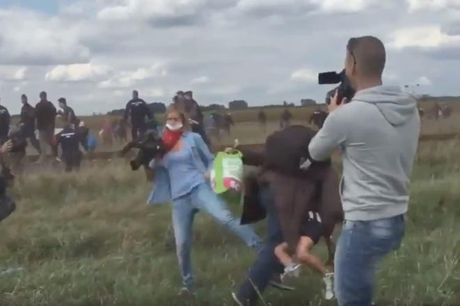 Εικονολήπτρια από την Ουγγαρία κλωτσά πρόσφυγες μπροστά στην κάμερα και απολύεται