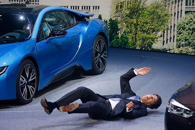 Βίντεο: Κατέρρευσε κατά τη διάρκεια συνέντευξης ο CEO της BMW