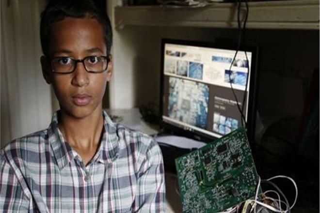 Η ιστορία του μουσουλμάνου μαθητή που πήγε απ' το αστυνομικό τμήμα στον Λευκό Οίκο