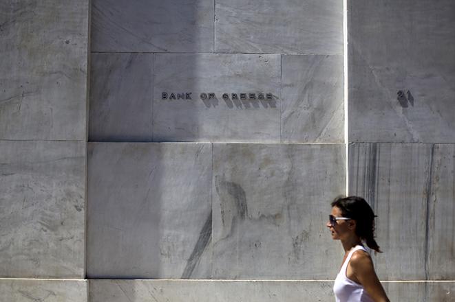 CNBC: Πώς με μανούβρες ξεπουλήθηκαν οι ελληνικές τράπεζες