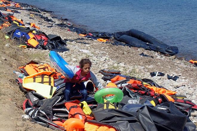 Φωτογραφία που δόθηκε σήμερα στη δημοσιότητα και εικονίζει σωσίβια και βάρκες σε ακτή της βόρειας Λέσβου, που έχουν εγκαταλειφθεί από μετανάστες και πρόσφυγες αμέσως μετά την αποβίβαση τους, Κυριακή 30 Αυγούστου 2015. Στους περίπου 11.000 υπολογίζουν οι αρχές, τους μετανάστες και τους πρόσφυγες που βρίσκονται αυτή τη στιγμή στο νησί, περιμένοντας οι 8.000 από αυτούς να καταγραφούν από το Κέντρο Πρώτης Υποδοχής και κάπου 3.000 να αποπλεύσουν από το λιμάνι της Μυτιλήνης με κάποιο από τα πλοία της γραμμής ή τα έκτακτα δρομολόγια πλοίων που πραγματοποιούνται, Δευτέρα 31 Αυγούστου 2015. ΑΠΕ-ΜΠΕ/ΑΠΕ-ΜΠΕ/ΣΤΡΑΤΗΣ ΜΠΑΛΑΣΚΑΣ