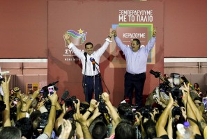 Former Greek prime minister and leader of leftist Syriza party Alexis Tsipras (L) raises his arms with coalition partner and leader of the Independent Greeks party, Panos Kammenos after winning the general election in Athens, Greece, September 20, 2015. Greek voters returned Tsipras to power with a strong election victory on Sunday, ensuring the charismatic leftist remains Greece's dominant political figure despite caving in to European demands for a bailout he once opposed.  REUTERS/Alkis Konstantinidis               - RTS21Q9