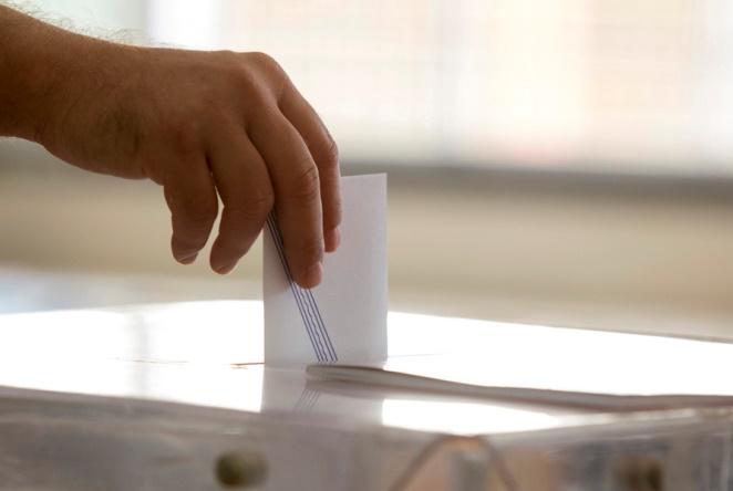 Πολιτικό βαρόμετρο Public Issue: Η «ψαλίδα» ΣΥΡΙΖΑ – ΝΔ κλείνει, αλλά παραμένει μεγάλη