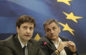 Ο απερχόμενος υπουργός Οικονομικών, Ευκλείδης Τσακαλώτος (Δ) και ο νέος υπουργός Οικονομικών Γιώργος Χουλιαράκης (Α) κάνουν δηλώσεις κατά την διάρκεια της τελετής παράδοσης – παραλαβής του υπουργείου Οικονομικών, Παρασκευή 28 Αυγούστου 2015. ΑΠΕ-ΜΠΕ / ΑΠΕ-ΜΠΕ / ΓΙΑΝΝΗΣ ΚΟΛΕΣΙΔΗΣ