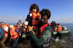 Πρόσφυγες και μετανάστες φτάνουν με βάρκα σε παραλία της Λέσβου, από την Τουρκία, Δευτέρα 14 Σεπτεμβρίου 2015. Περίπου 3000 πρόσφυγες και μετανάστες αποβιβάζονται καθημερινά στις ακτές του νησιού,  από τις τουρκικές ακτές. Οι περισσότεροι από τους πρόσφυγες θέλουν να συνεχίσουν το ταξίδι τους προς τις χώρες της βόρειας και κεντρικής Ευρώπης. ΑΠΕ-ΜΠΕ/ΑΠΕ-ΜΠΕ/ ΟΡΕΣΤΗΣ ΠΑΝΑΓΙΩΤΟΥ