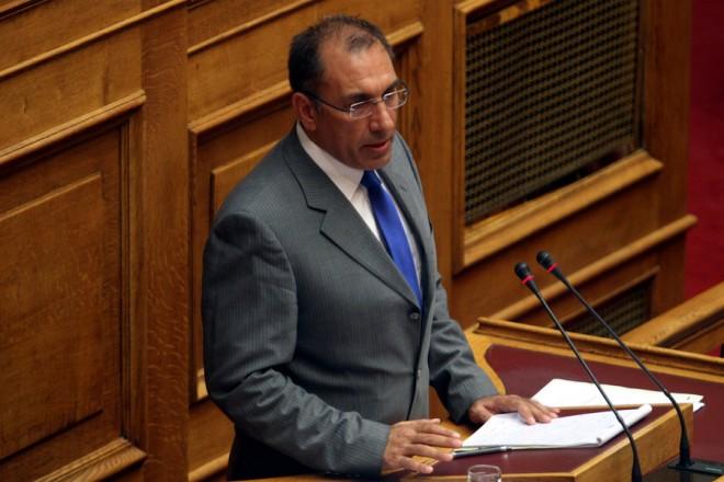 Ο εισηγητής των ΑΝΕΛ Δημήτρης Καμμένος μιλάει στη συνεδρίαση των επιτροπών προκειμένου να συζητηθεί το σχέδιο νόμου με το κείμενο της συμφωνίας στην όποια κατέληξε η ελληνική κυβέρνηση με τους εταίρους της χώρας στην αίθουσα της ολομέλειας της Βουλής,  Πέμπτη 13 Αυγούστου 2015. ΑΠΕ-ΜΠΕ/ΑΠΕ-ΜΠΕ/ΑΛΕΞΑΝΔΡΟΣ ΒΛΑΧΟΣ