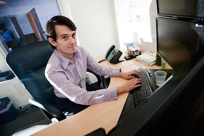 Ο «πιο μισητός άνθρωπος στις ΗΠΑ» μειώνει την τιμή φαρμάκου για το AIDS