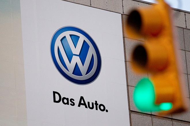 Ein VW-Plakat hängt am Montag (09.01.2012) während der North American International Autoshow (NAIAS) im US-amerikanischen Detroit hinter einer grünen Ampel. Photo: Volkswagen / Friso Gentsch