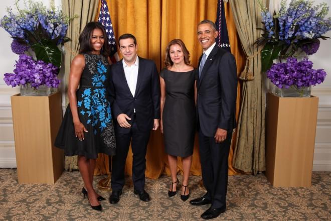 (Ξένη Δημοσίευση) Ο πρωθυπουργός Αλέξης Τσίπρας (2ος Α) και η σύντροφος του Περιστέρα Μπαζιάνα (2η Δ) φωτογραφίζονται με τον Αμερικανό πρόεδρο Μπαράκ Ομπάμα (Δ) και την Μισέλ Ομπάμα (Α), στη δεξίωση που παρέθεσε ο Αμερικανός πρόεδρος στους ηγέτες που συμμετείχαν στη Συνέλευση του ΟΗΕ, Τετάρτη 30 Σεπτεμβρίου 2015. ΑΠΕ-ΜΠΕ/ΓΡΑΦΕΙΟ ΤΥΠΟΥ ΠΡΩΘΥΠΟΥΡΓΟΥ/STR
