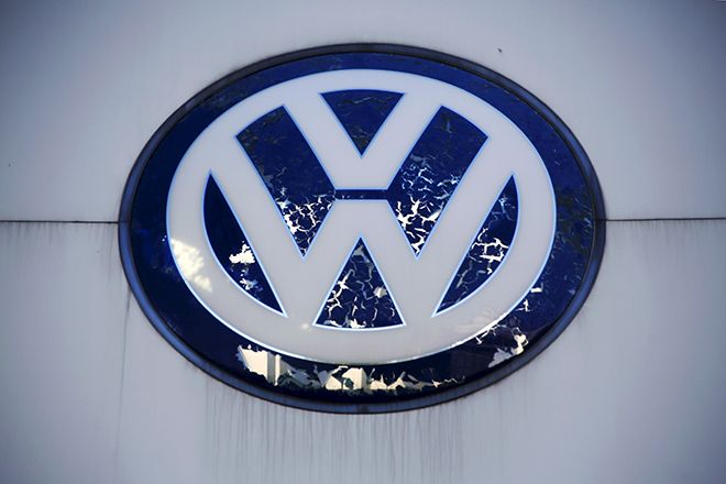 Volkswagen's logo is seen at its dealer shop in Beijing, China, October 1, 2015. China has halved sales tax on small cars to revive growth in the world's biggest automobile market, a move likely to provide a limited boost to carmakers including Volkswagen AG, the company embroiled in a global diesel emissions scandal.   REUTERS/Kim Kyung-Hoon - RTS2ISV
