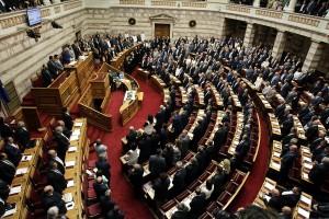 Βουλευτές ορκίζονται κατά τη διάρκεια της ορκωμοσίας των βουλευτών στη Βουλή,  Αθήνα, Σάββατο 03 Σεπτεμβρίου 2015. Οι βουλευτές όπως πάντα, έχουν τη δυνατότητα να επιλέξουν να δώσουν πολιτικό ή θρησκευτικό (χριστιανικό ή μουσουλμανικό) όρκο. Ορκίστηκαν  οι 300 βουλευτές των οκτώ κομμάτων που εκλέχθηκαν στις τελευταίες εθνικές εκλογές της 20ης Σεπτεμβρίου.  Στη νέα κοινοβουλευτική περίοδο, ο ΣΥΡΙΖΑ θα αντιπροσωπεύεται από 145 βουλευτές, η ΝΔ από 75, η Χρυσή Αυγή από 18, ενώ η Δημοκρατική Συμπαράταξη (ΠΑΣΟΚ-ΔΗΜΑΡ) θα εκπροσωπείται από 17 βουλευτές, το ΚΚΕ έχει εκλέξει 15, το ΠΟΤΑΜΙ 11, οι ΑΝΕΛ 10 και η Ένωση Κεντρώων 9 βουλευτές. ΑΠΕ-ΜΠΕ/ΑΠΕ-ΜΠΕ/ΑΛΕΞΑΝΔΡΟΣ ΒΛΑΧΟΣ