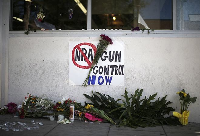 Η Αμερική θρηνεί, όμως οι μετοχές των όπλων εκτοξεύονται