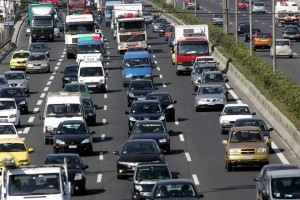 με δυσκολία διεξάγεται η κυκλοφορία στην Εθνική οδό καθώς οδηγοί φορτηγών που βρίσκονται σε απεργία έχουν ακινητοποιήσει τα αυτοκίνητα τους στη δεξιά λωρίδα της Εθνικής οδού, Αθήνα Τρίτη 6 Μαίου 2008.Οι απεργοί ζητούν αύξηση των κομίστρων ως συνέπεια της αύξησης της τιμής του πετρελαίου κίνησης.