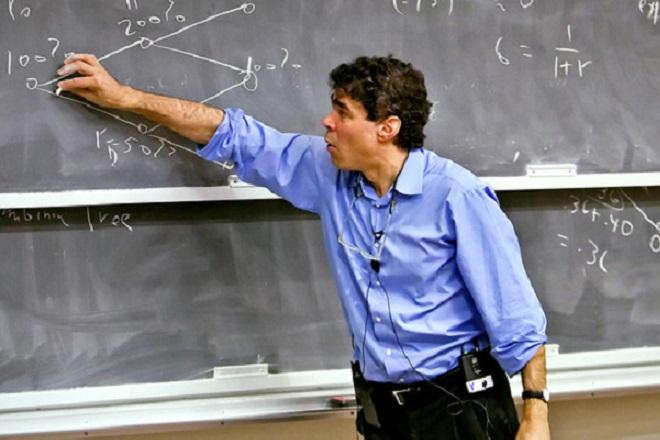 Ποιος είναι ο καθηγητής που αναλαμβάνει κεντρικό ρόλο για το ελληνικό χρέος