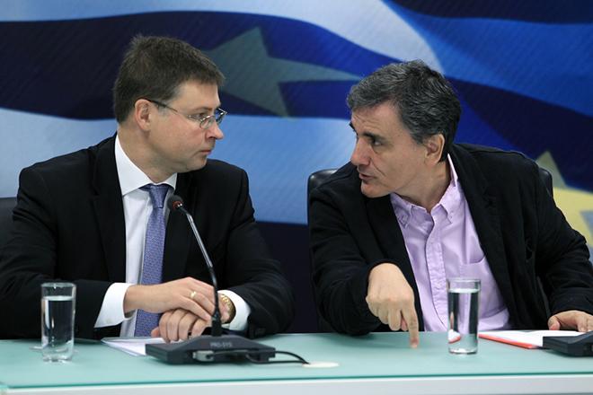 Ο αντιπρόεδρος της Ευρωπαϊκής Επιτροπής Βάλντις Ντομπρόβσκις (Α) και ο υπουργός Οικονομικών Ευκλείδης Τσακαλώτος (Δ) σε συνέντευξη τύπου στο Υπουργείο Οικονομικών, Αθήνα, Δευτέρα 26 Οκτωβρίου 2015. ΑΠΕ-ΜΠΕ/ΑΠΕ-ΜΠΕ/ΣΥΜΕΛΑ ΠΑΝΤΖΑΡΤΖΗ