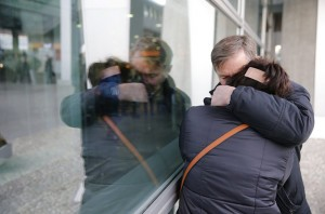 epa05004395 Relatives of passengers of MetroJet Airbus A321 weep at Pulkovo II international airport in St. Petersburg, Russia, 31 October 2015. A Russian plane which went missing in Egypt on 31 October 2015 with 224 aboard has crashed in the Sinai, the Egyptian Civil Aviation Ministry confirmed. The ministry said in a statement that the debris from the plane had been found near the al-Arish airport, in the Sinai Peninsula. The plane was on a flight to St Petersburg, in Russia, reported the Itar-Tass news agency.  EPA/ANATOLY MALTSEV