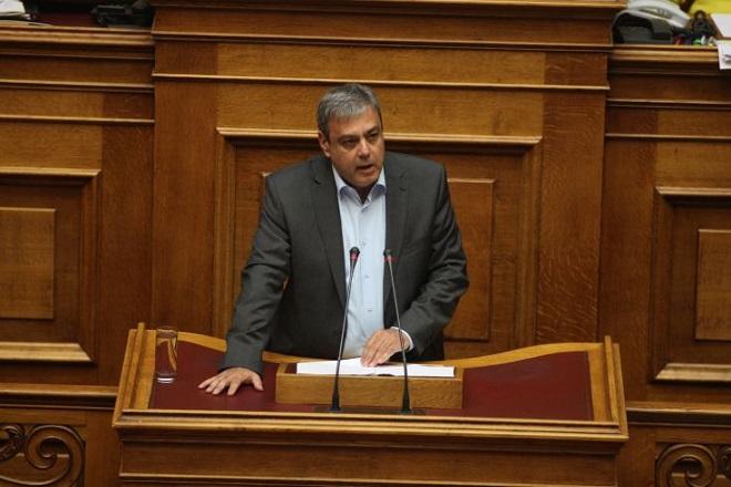 Μειώσεις στους μισθούς των βουλευτών προανήγγειλε ο Βερναρδάκης