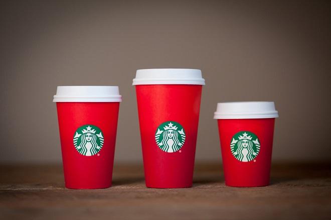 Γιατί κάποιοι τρελάθηκαν με τις χριστουγεννιάτικες κούπες των Starbucks;