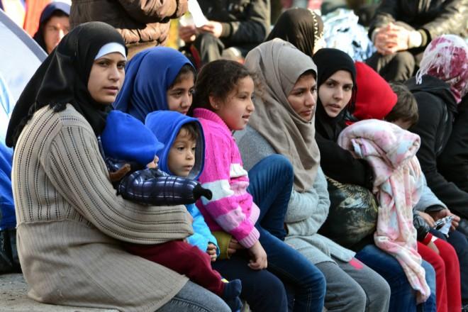 Μετανάστες κάθονται στο λιμάνι της Μυτιλήνης, Πέμπτη 5 Νοεμβρίου 2015. Περισσότεροι από 20.0000 μετανάστες και πρόσφυγες έχουν εγκλωβιστεί στο λιμάνι της Μυτιλήνης λόγω της απεργίας της Π.Ν.Ο. ΑΠΕ-ΜΠΕ/ΑΠΕ-ΜΠΕ/ΣΤΡΑΤΗΣ ΜΠΑΛΑΣΚΑΣ