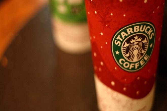 Τι συμβαίνει με τις χριστουγεννιάτικες κούπες των Starbucks;