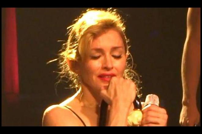 Λύγισε on stage η Madonna για το μακελειό στο Παρίσι: «Θέλουν να μας κάνουν να σωπάσουμε. Αυτό δε θα συμβεί. Δεν θα τους αφήσουμε»
