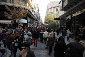 Κόσμος κάνει βόλτα και ψώνια στη Χριστουγεννιάτικη αγορά της Ερμού, Κυριακή 15 Δεκεμβρίου 2013. ΑΠΕ - ΜΠΕ/ΑΠΕ - ΜΠΕ/Αλέξανδρος Μπελτές