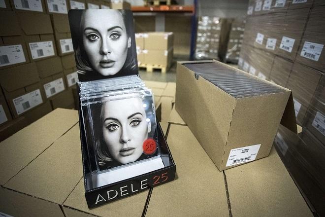 Η Adele κλείνει τη «πόρτα» σε Spotify και Apple Music