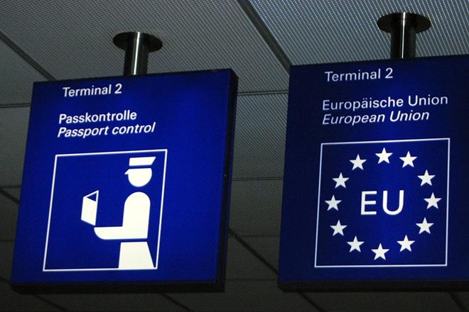 Le Monde: Η Κομισιόν εξετάζει αύριο έξωση της Ελλάδας από τη Σένγκεν