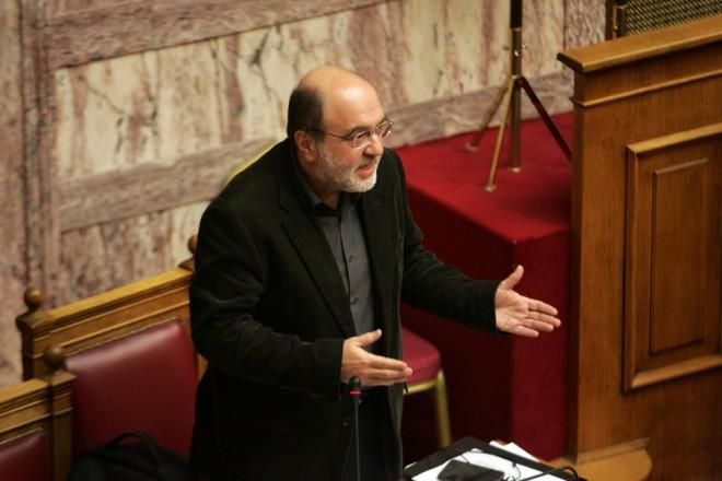 Ο αναπληρωτής υπουργός Οικονομικών Τρύφων Αλεξιάδης μιλάει στη συζήτηση του σχεδίου νόμου του Υπουργείου Οικονομικών «Διαχείριση των μη εξυπηρετούμενων δανείων, μισθολογικές ρυθμίσεις και άλλες επείγουσες διατάξεις εφαρμογής της Συμφωνίας Δημοσιονομικών Στόχων και Διαρθρωτικών Μεταρρυθμίσεων». στην Ολομέλεια της Βουλής, την Τρίτη 15 Δεκεμβρίου 2015. ΑΠΕ-ΜΠΕ/ΑΠΕ-ΜΠΕ/Αλεξανδρος Μπελτές