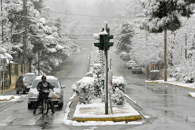 «Βουτιά» του υδράργυρου- Έρχεται κύμα κακοκαιρίας με βροχές και χιόνια στα βόρεια ορεινά