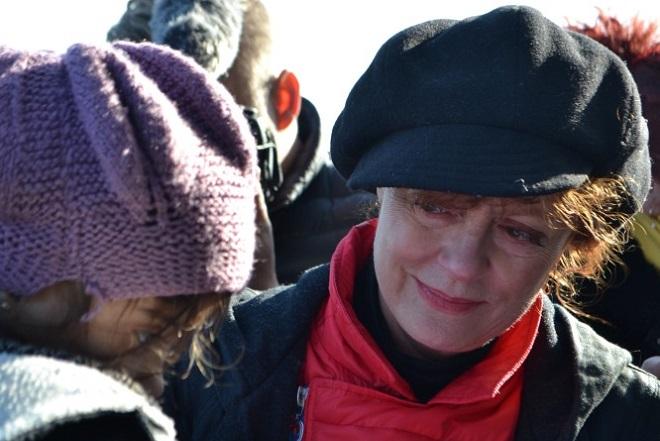 Η Σούζαν Σάραντον υποδέχεται με κλάματα τους πρόσφυγες στη Λέσβο