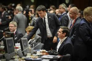 (Ξένη Δημοσίευση) Ο πρωθυπουργός Αλέξης Τσίπρας (Δ-ΚΑΤΩ) συνομιλεί με τον τον Ιταλό πρωθυπουργό Matteo Renzi (Κ-ΟΡΘΙΟΣ) στην Σύνοδο Κορυφής της Ε.Ε, στην έδρα του Ευρωπαϊκού Συμβουλίου, την Πέμπτη 17 Δεκεμβρίου 2015, στις Βρυξέλλες. ΑΠΕ-ΜΠΕ/ΓΡΑΦΕΙΟ ΤΥΠΟΥ ΠΡΩΘΥΠΟΥΡΓΟΥ/Andrea Bonetti