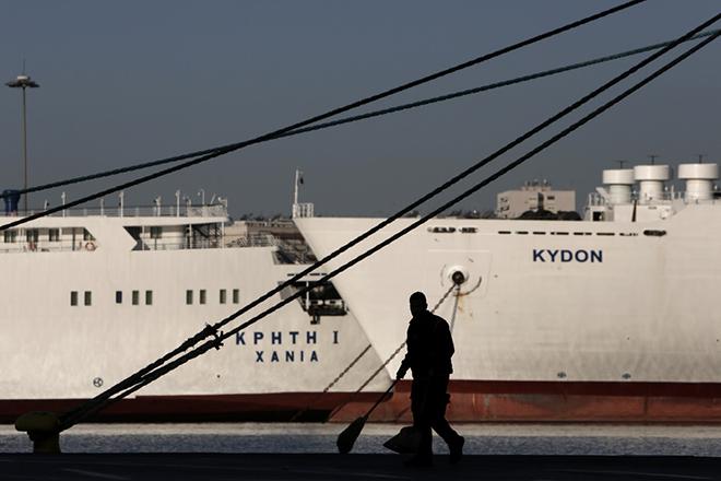 Ένας οδοκαθαριστής φαίνεται μπροστά από ακινητοποιημένα πλοία κατά τη διάρκεια 24ωρης απεργίας, Πειραιάς Πέμπτη 12 Νοεμβρίου 2015. Ακινητοποιημένοι θα μείνουν οι συρμοί του μετρό, καθώς οι εργαζόμενοι στο μέσο θα συμμετέχουν στην 24ωρη απεργία. Στάση εργασίας θα πραγματοποιήσουν οι εργαζόμενοι στα λεωφορεία του ΟΑΣΑ, από την έναρξη της βάρδιας έως και τις 9:00 το πρωί και από τις 9:00 το βράδυ έως και τη λήξη της βάρδιας. Ηλεκτρικός και Τραμ δεν θα λειτουργούν από την έναρξη της βάρδιας έως τις 10.00 π.μ. και από 4.00 μ.μ. έως τη λήξη της βάρδιας. Εικοσιτετράωρη απεργία πραγματοποιούν οι εργαζόμενοι στα τρένα του ΟΣΕ καθώς και του Προαστιακού λόγω της συμμετοχής της Πανελλήνιας Ομοσπονδίας Σιδηροδρομικών (ΠΟΣ) στη γενική απεργία των ΓΣΕΕ-ΑΔΕΔΥ. ΑΠΕ-ΜΠΕ/ΑΠΕ-ΜΠΕ/ΓΙΑΝΝΗΣ ΚΟΛΕΣΙΔΗΣ