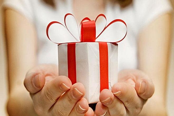 Λιγότερα δώρα για τους Έλληνες στις γιορτές