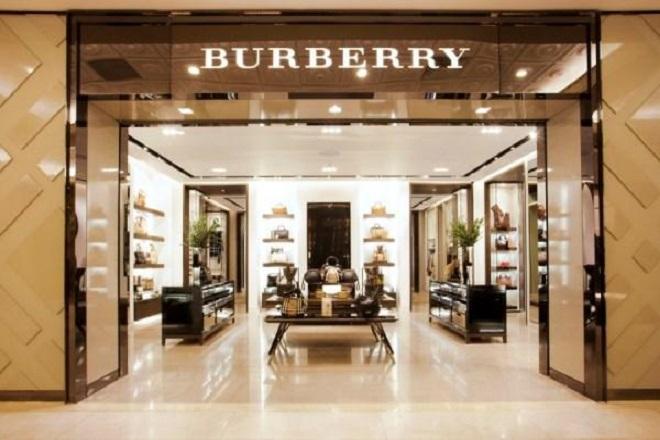 Γιατί το αφεντικό της Burberry έχασε το 75% των αποδοχών του