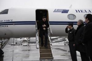 (Ξένη Δημοσίευση)  Ο πρωθυπουργός Αλέξης Τσίπρας αποβιβάζεται από το αεροσκάφος κατά την άφιξή του στο Νταβός, όπου θα συμμετάσχει στο Παγκόσμιο Οικονομικό Φόρουμ, την Τετάρτη 20 Ιανουαρίου 2016.   ΑΠΕ-ΜΠΕ/ΓΡΑΦΕΙΟ ΤΥΠΟΥ ΠΡΩΘΥΠΟΥΡΓΟΥ/Andrea Bonetti