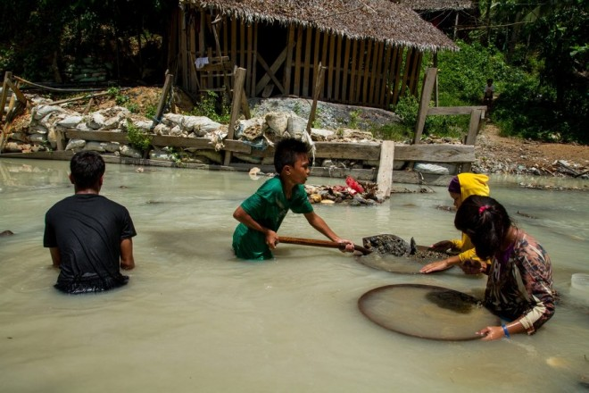 epa04956792 A handout picture dated 10 June 2015 and released on 30 September 2015 by the Human Rights Watch (HRW) shows a Filipino boy laborer (C) with adult laborers mining gold on a murky water at a remote village in the province of Camarines Norte, Philippines. Thousands of children as young as nine-year-old are risking their lives to dig and dive for gold in dangerous mines in the Philippines, and the government is failing to protect them, Human Rights Watch said in a report, The New York-based group said Filipino children work in unstable 25-metre-deep pits, underwater, along the coast or in rivers, and process gold with mercury, a toxic metal, throughout the Philippines. 'Filipino children are working in absolutely terrifying conditions in small-scale gold mines,' said Juliane Kippenberg, the group's associate children's rights director and author of the report on hazardous child labor conditions in two provinces in the Philippines.  EPA/HUMAN RIGHTS WATCH  HANDOUT EDITORIAL USE ONLY/NO SALES