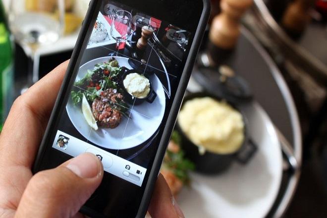 Τα εστιατόρια έχουν χάσει τη μάχη κατά των κινητών τηλεφώνων