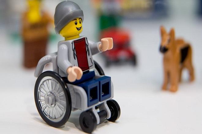 H Lego παρουσίασε την πρώτη φιγούρα σε αναπηρικό καροτάκι