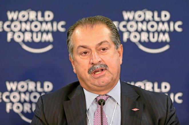 Ο Έλληνας που διαχειρίζεται έναν παγκόσμιο κολοσσό πολλών δισεκατομμυρίων