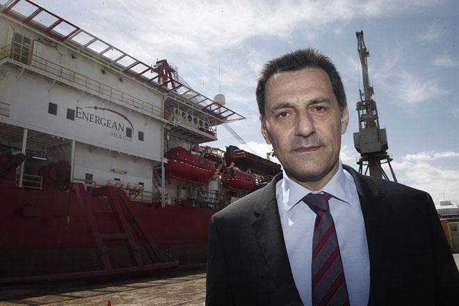 Ο Πρόεδρος και Διευθύνων Σύμβουλος της Energean Oil & Gas Μαθιός Ρήγας φωτογραφίζεται με φόντο το γεωτρύπανο στα εγκαίνια του πρώτου ελληνικού γεωτρύπανου «Energean Force», στη Ναυπηγοεπισκευαστική Ζώνη Περάματος, την Πέμπτη 02 Απριλίου 2015. Πλώρη για τον κόλπο της Καβάλας βάζει αυτήν την εβδομάδα το πρώτο ελληνικό γεωτρύπανο «Energean Force», από το Πέραμα όπου ολοκληρώθηκαν οι εργασίες μετασκευής του, προκειμένου να ξεκινήσει πρόγραμμα γεωτρήσεων που έχει ως στόχο την αύξηση της παραγωγής από τα 2.000 βαρέλια στα επίπεδα των 5.000-10.000 βαρελιών ημερησίως. ΑΠΕ-ΜΠΕ/ΑΠΕ-ΜΠΕ/ΑΛΕΞΑΝΔΡΟΣ ΒΛΑΧΟΣ